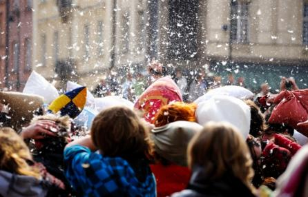 Pillow Fight Milano 2017, battaglia dei cuscini in pigiama